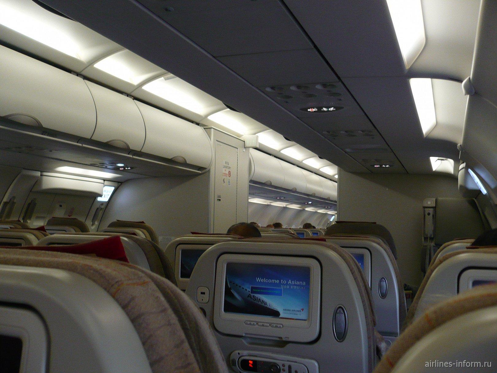 Народу на данный рейс было немного. В общей сложности, самолет был заполнен приблизительно на 2\3. Чистый свежий самолет, стюардессы, блин, ну все, как на подбор, красотульки! Видя, как они работают, сразу настроение поднимается! Не то, что в нашей