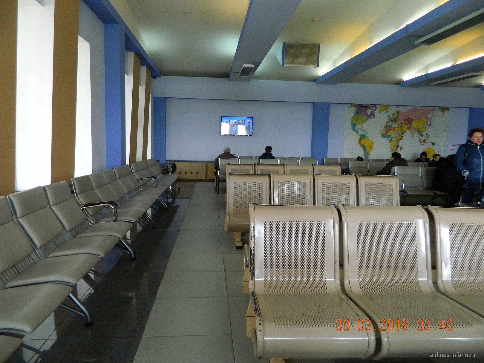 Зал ожидания в чистой зоне аэропорта Магадан Сокол
