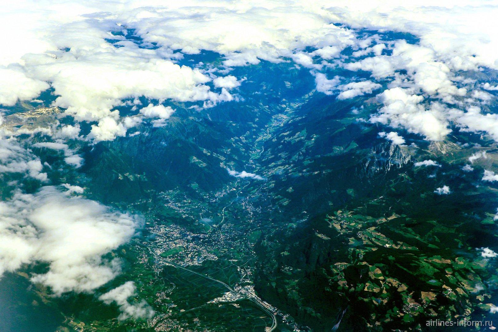 Долина в Альпах на севере Италии