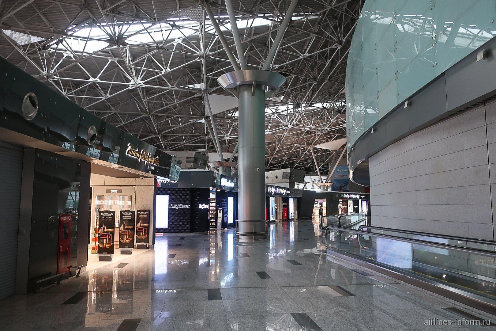 Магазины в чистой зоне внутренних вылетов терминала А аэропорта Внуково