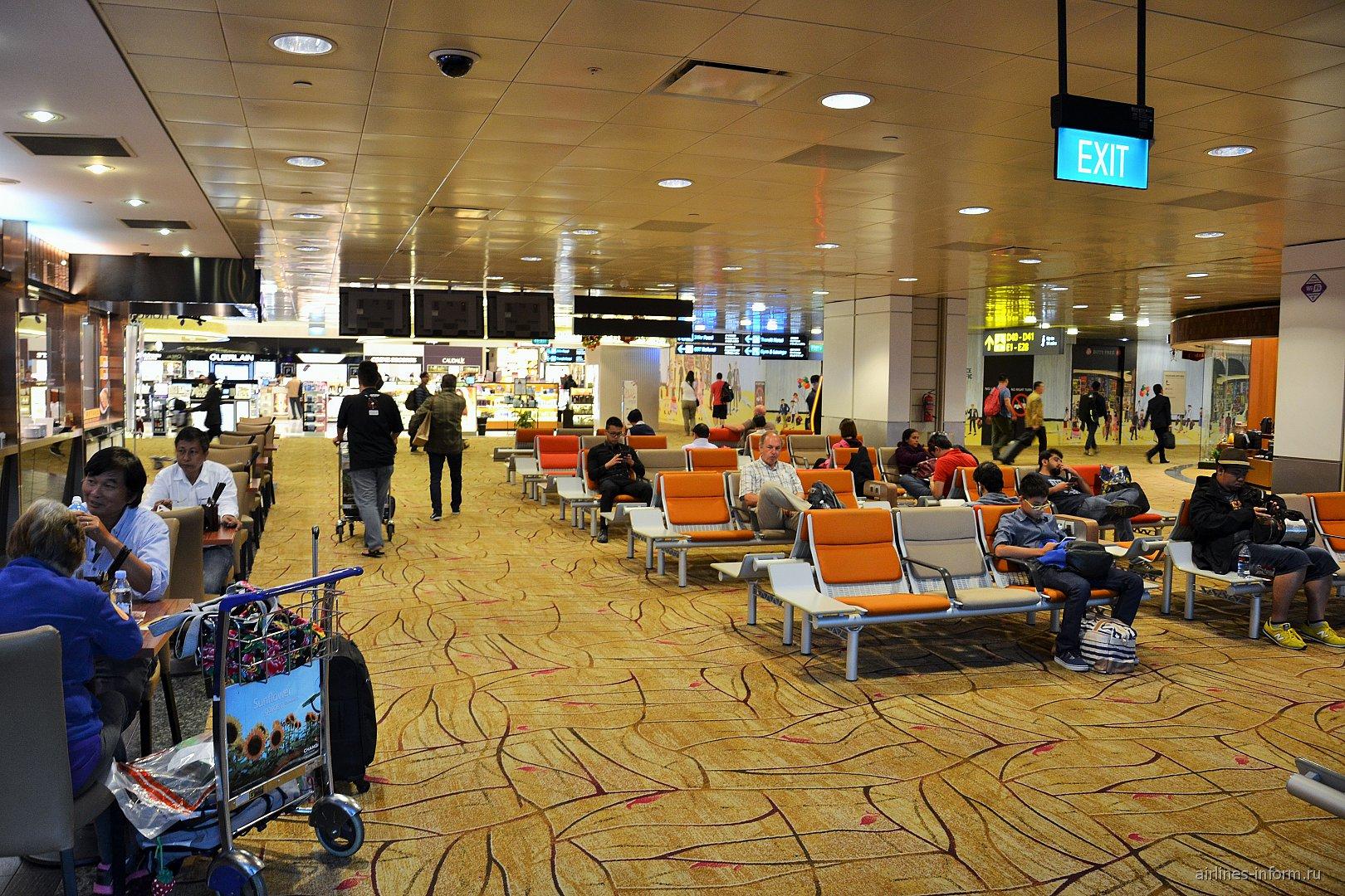 Зал ожидания в терминале 2 аэропорта Чанги в Сингапуре