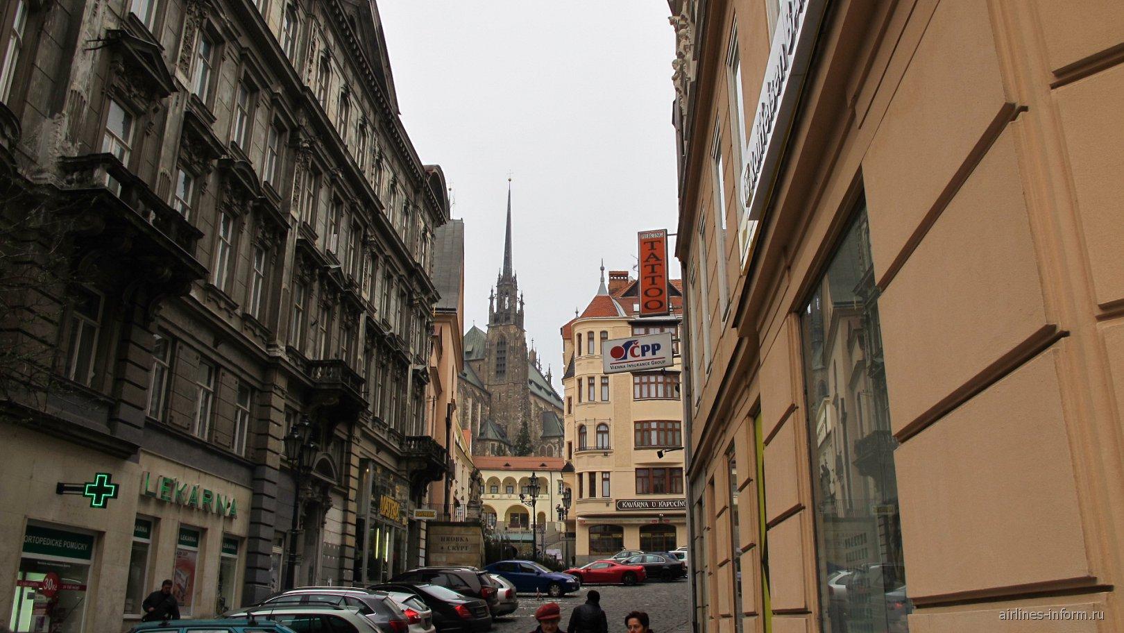 таких переулочков в Брно много, на заднем плане собор Святых апостолов Петра и Павла