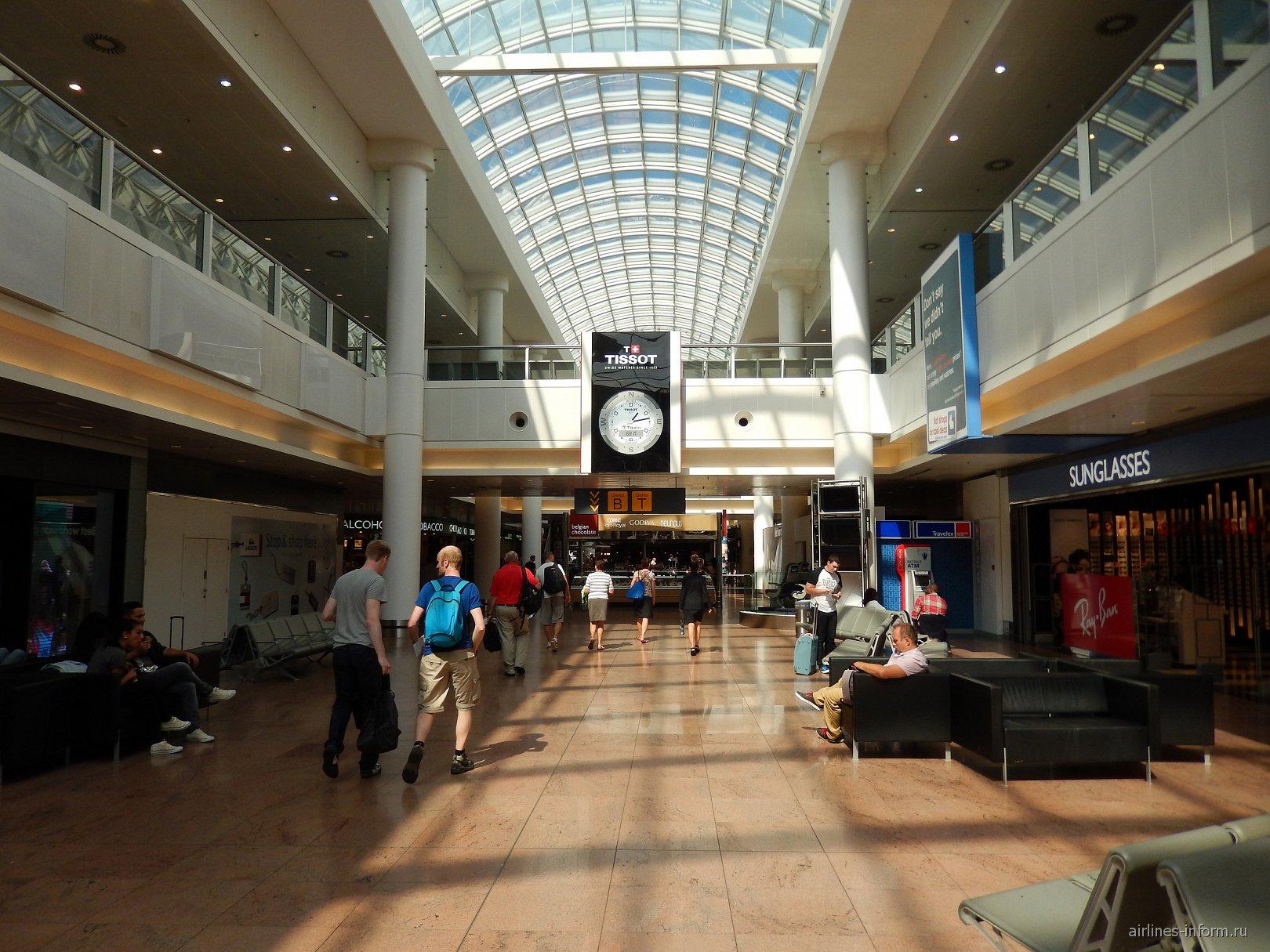 Галерея магазинов в чистой зоне аэропорта Брюссель