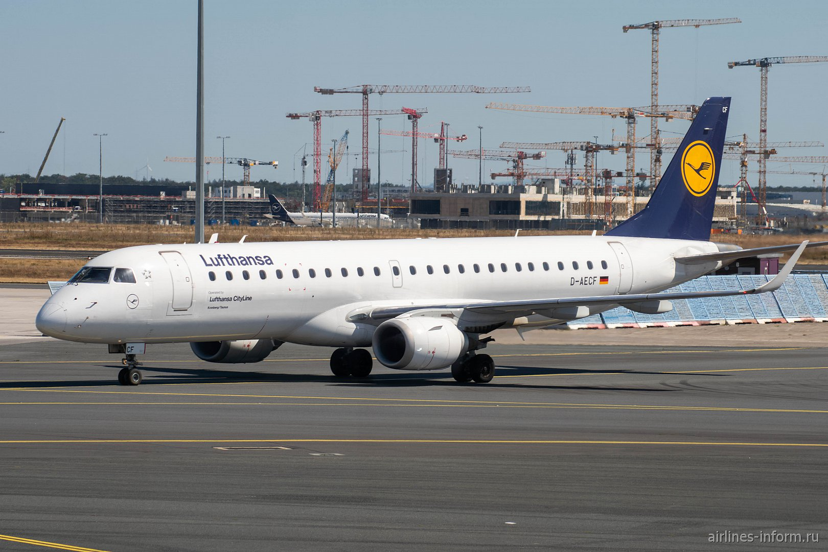 Авиалайнер Embraer 190 D-AECF авиакомпании Lufthansa CityLine в аэропорту Франкфурт