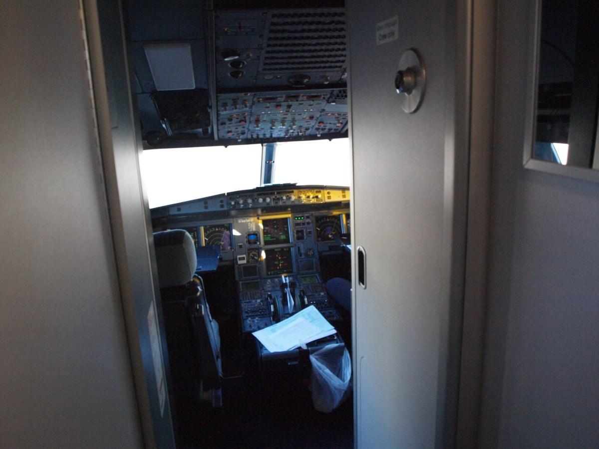 Пилотская кабина самолета Airbus A320 Эгейских авиалиний