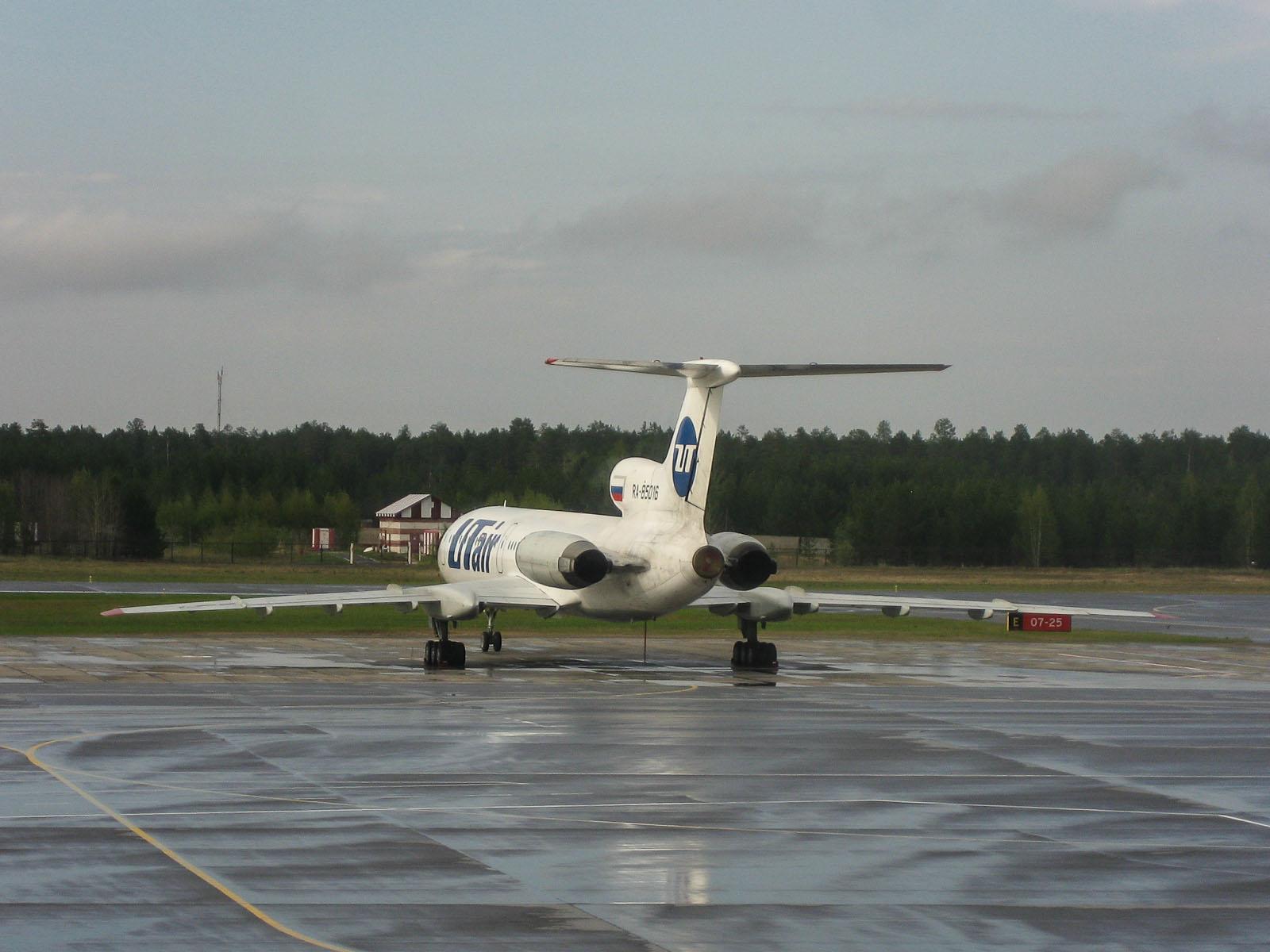 """Самолет Ту-154 авиакомпании """"ЮТэйр"""" в аэропорту Сургут"""