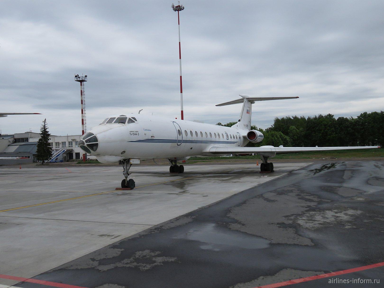 "Самолет Ту-134 авиакомпании ""Сириус-Аэро"" в аэропорту Стригино"