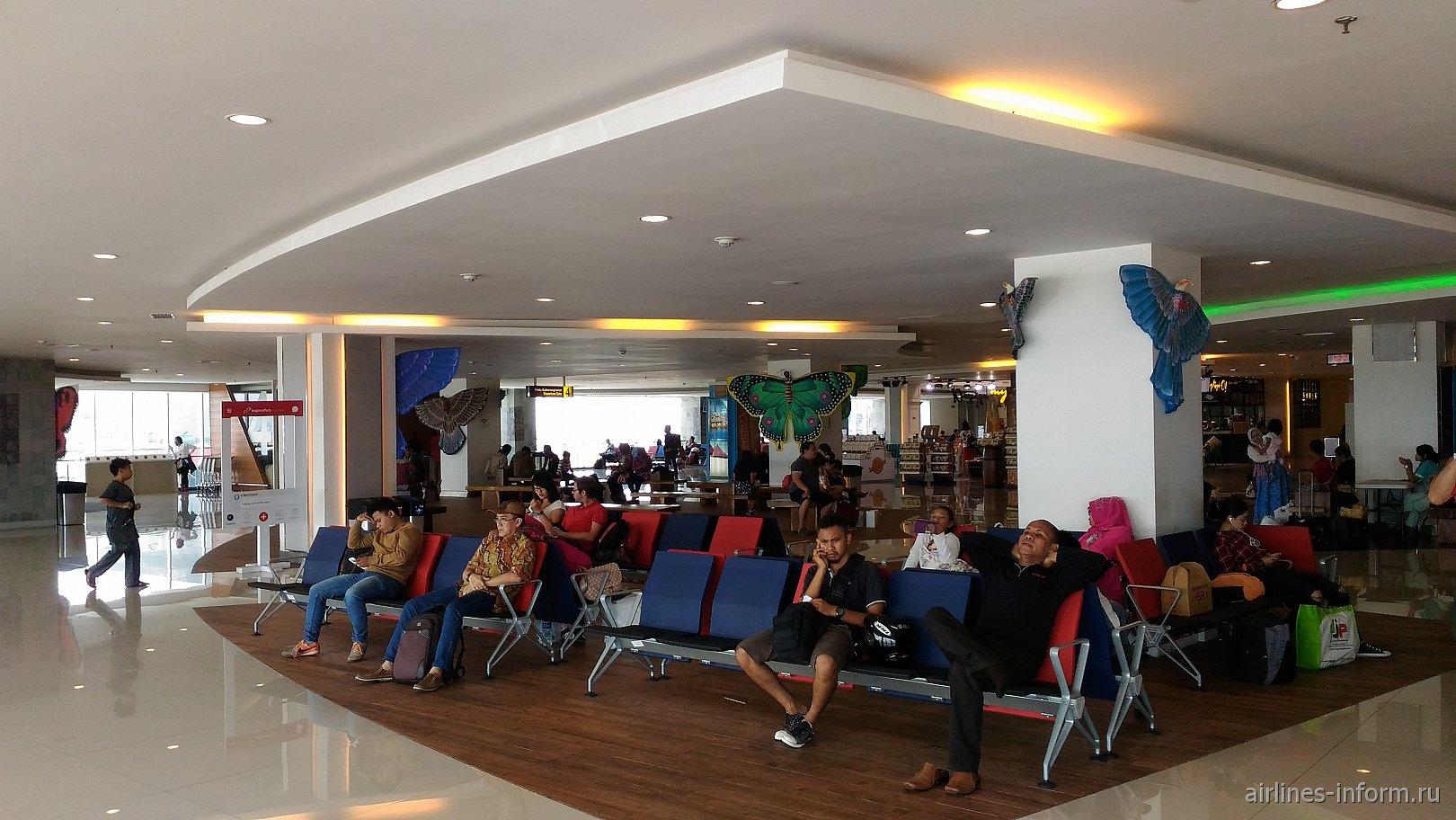 Зал ожидания в терминале внутренних линий аэропорта Денпасар Нгура Рай