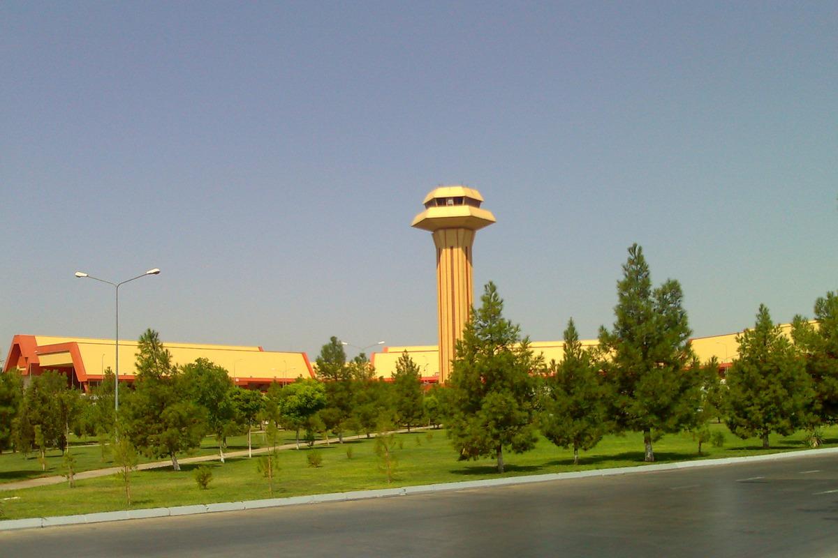 Аэровокзал и диспетчерская башня аэропорта Ашхабад