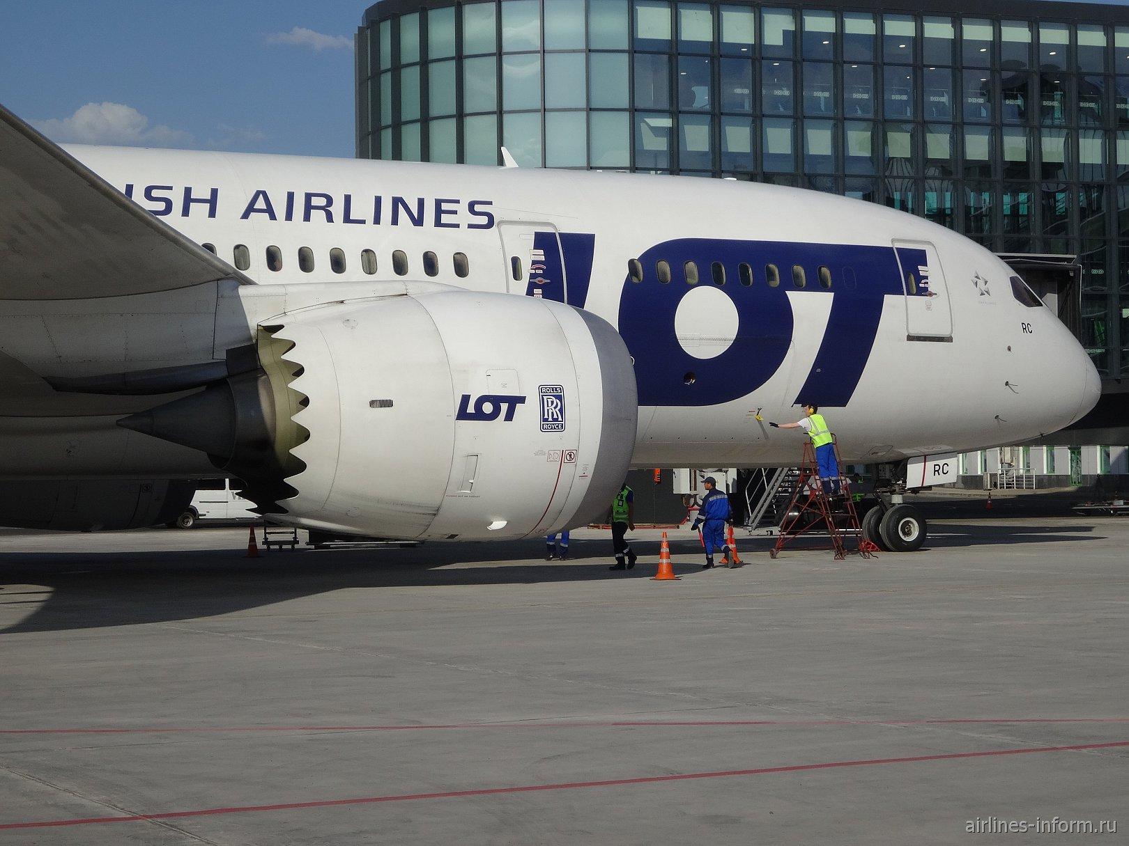 Боинг-787-8 авиакомпании LOT в аэропорту Астаны