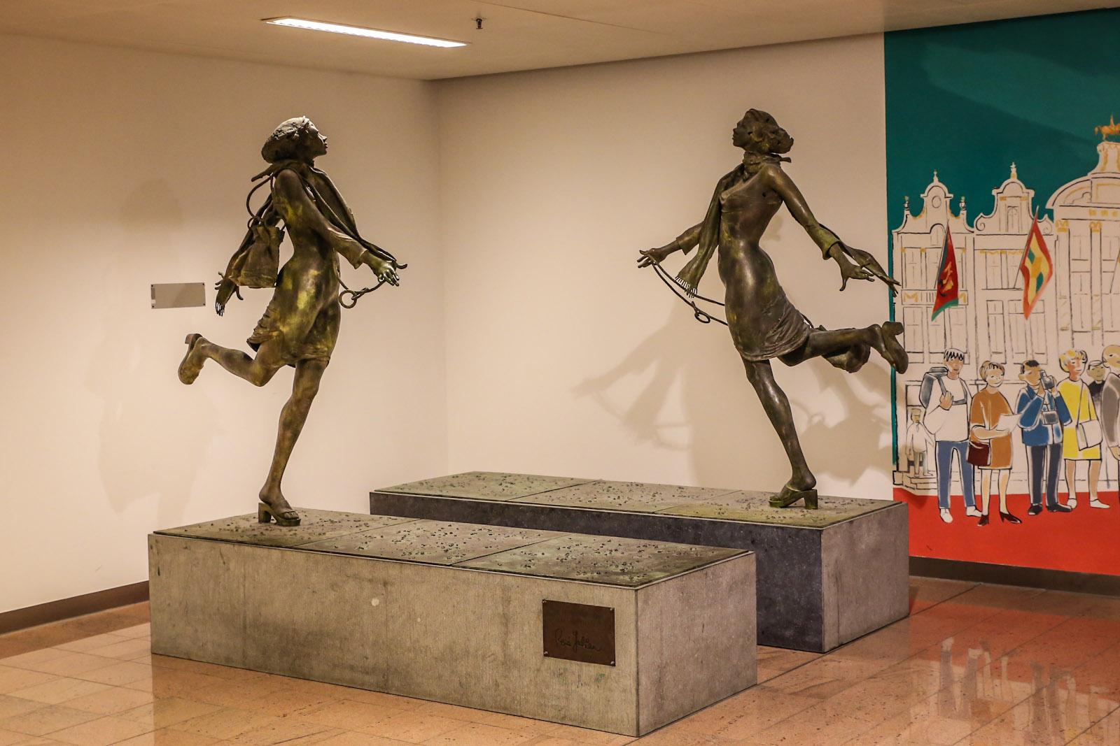 Скульптуры в пирсе B аэропорта Брюссель