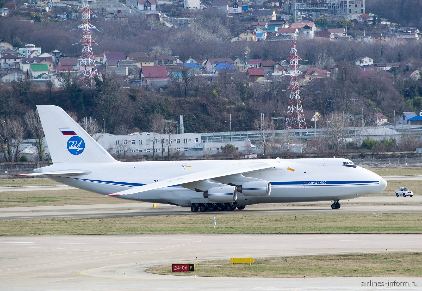 """Самолет Ан-124-100 """"Руслан"""" 224-го летного отряда в аэропорту Сочи"""