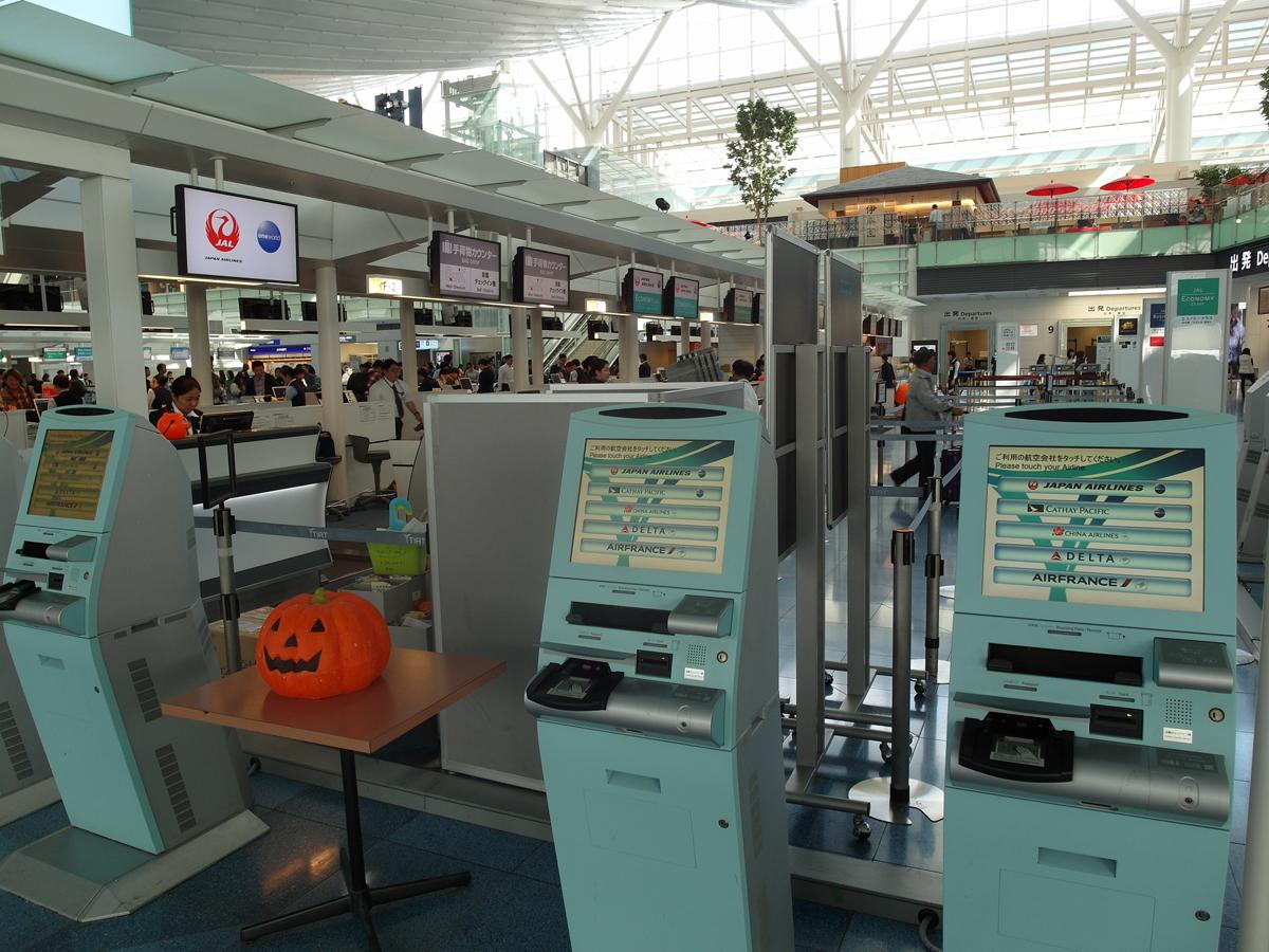 Автоматы самостоятельной регистрации в международном терминале 1 аэропорта Токио Ханеда