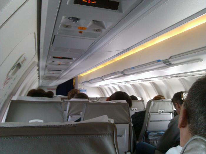 Салон самолета CRJ200 авиакомпании Ямал
