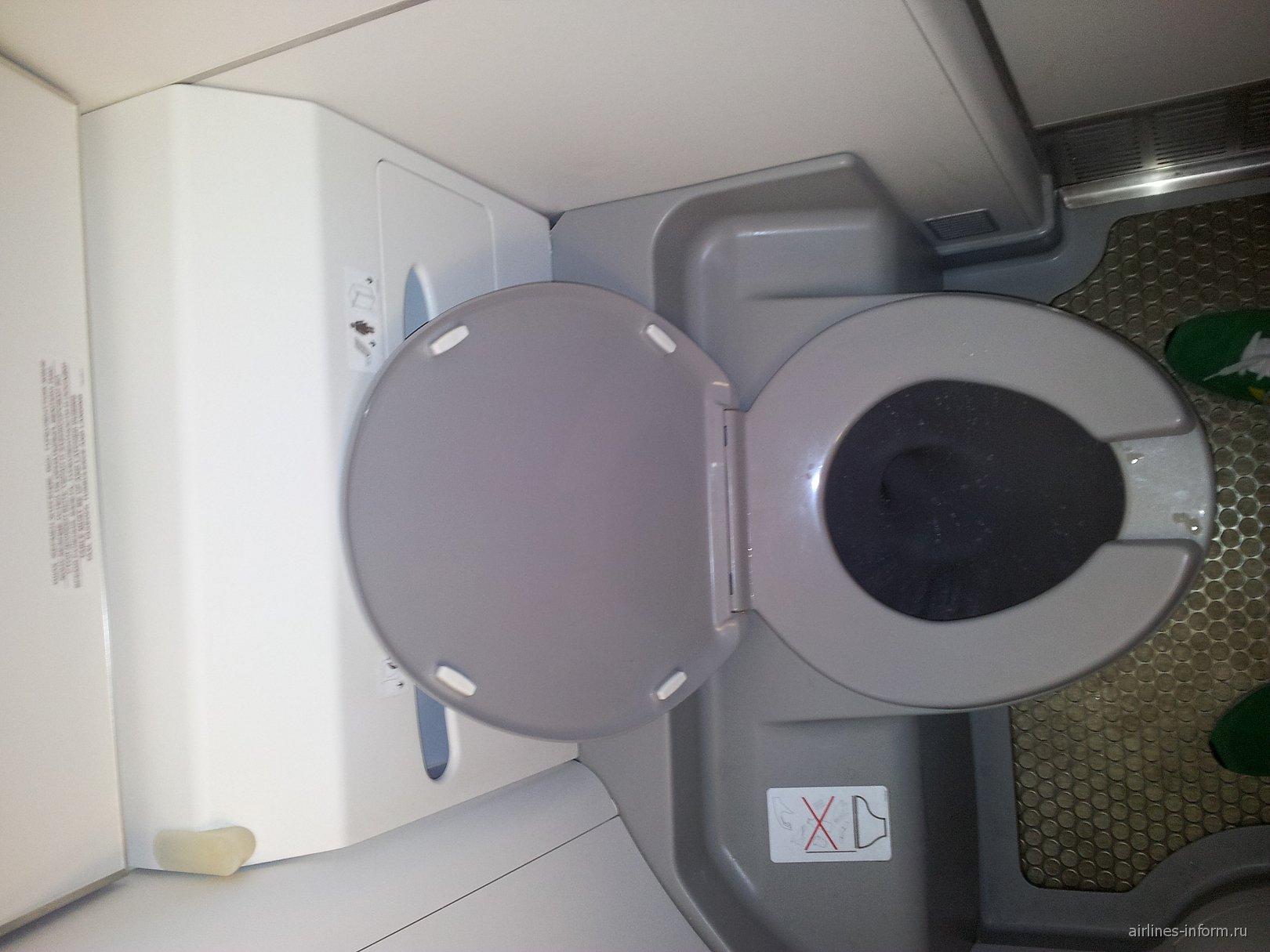 Туалет самолета Эмбраер-1900 авиакомпании Эйр Астана