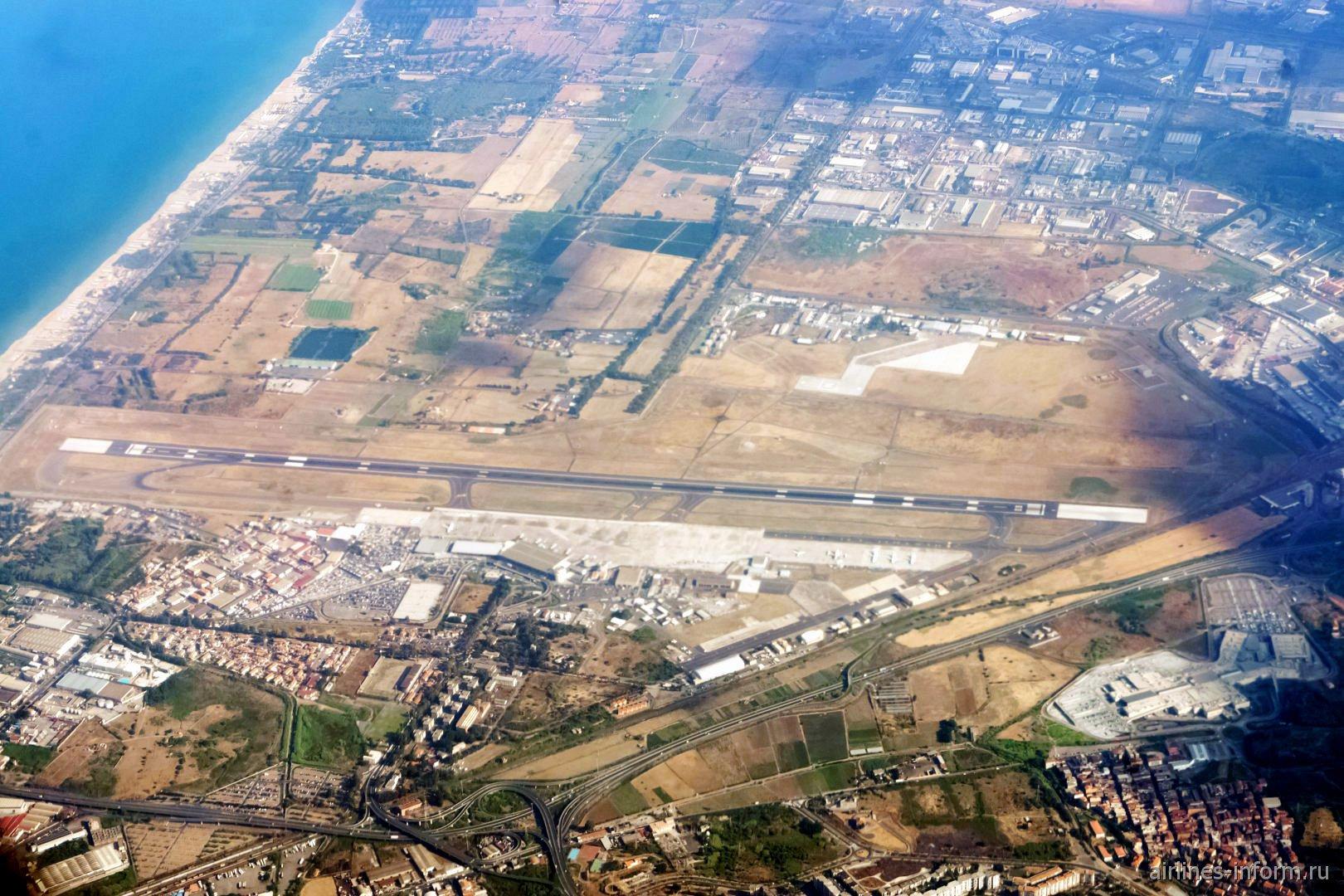 Вид на сверху на аэропорт Катания Фонтанаросса