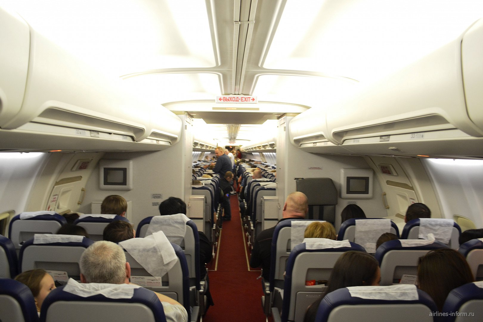 Пассажирский салон самолета Боинг-757-200 авиакомпании Royal Flight