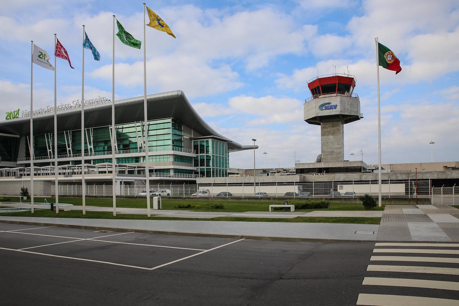 Диспетчерская башня рядом с пассажирским терминалом аэропорта Порту Франциско Карнейро