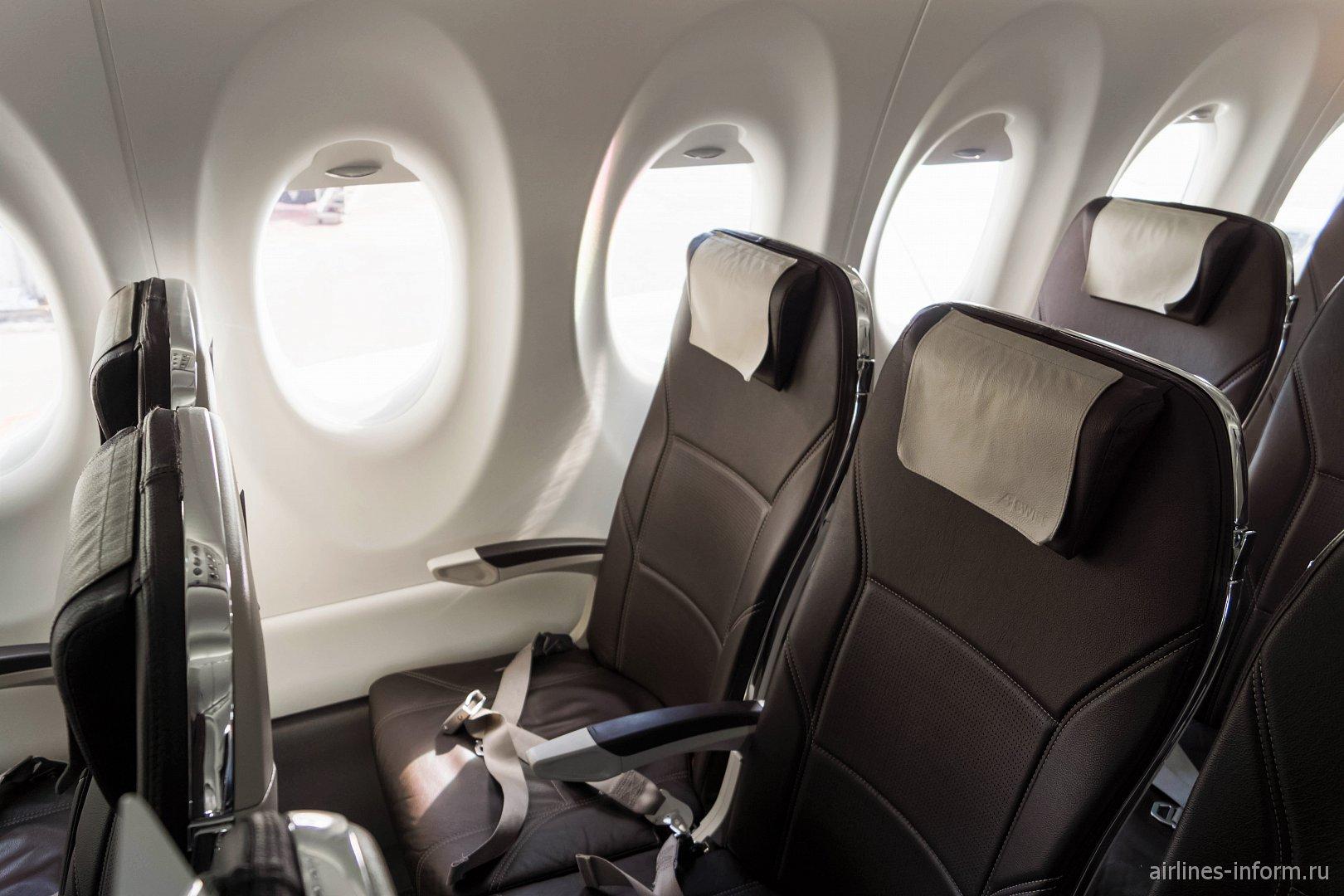 Пассажирские кресла в самолете Bombardier CS100 авиакомпании SWISS