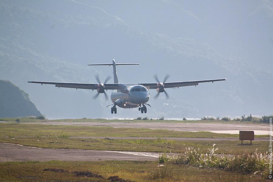 ATR-72 авиакомпании Wings Air совершает посадку в аэропорту Энде