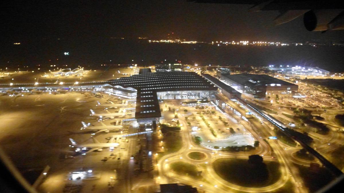 Вид на аэропорт Гонконг при взлете ночью