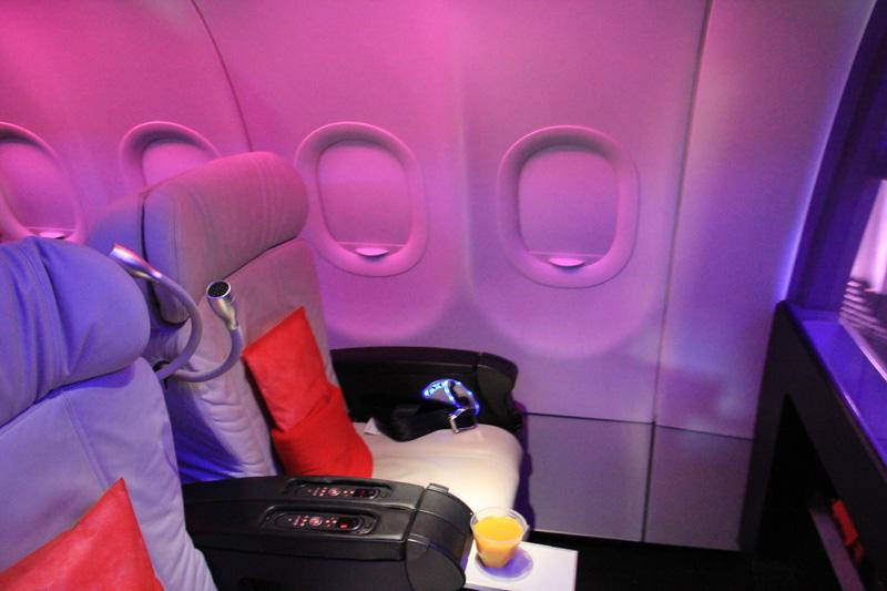 Салон бизнес-класса в самолете Airbus A320 авиакомпании Virgin America
