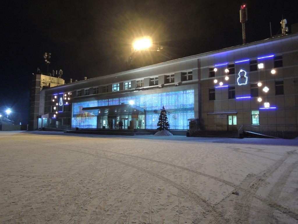 Аэровокзал аэропорта Южно-Сахалинска в новогодних украшениях