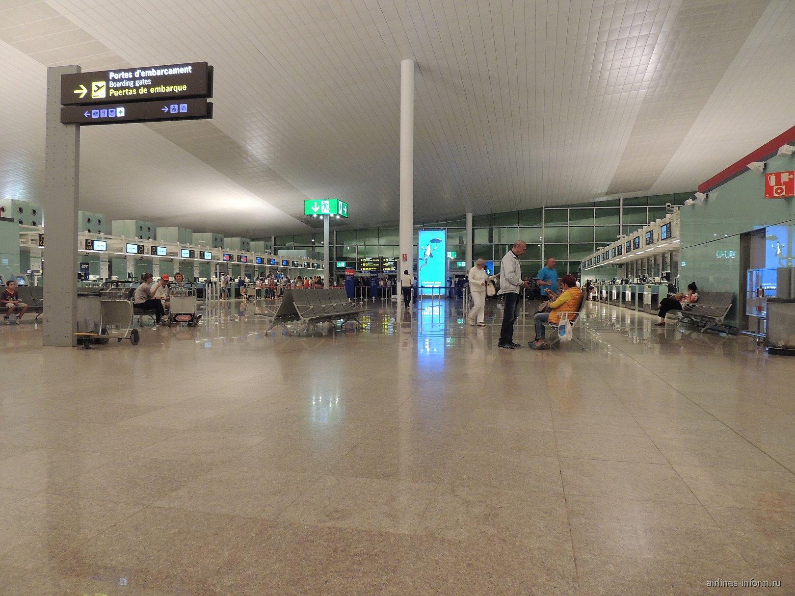 Зал регистрации на рейсы в терминал 1 аэропорта Барселоны