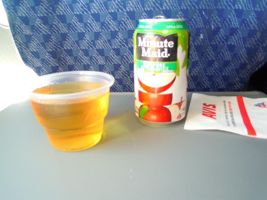 Прохладительные напитки на рейсе Нью-Йорк-Орландо авиакомпании American Airlines