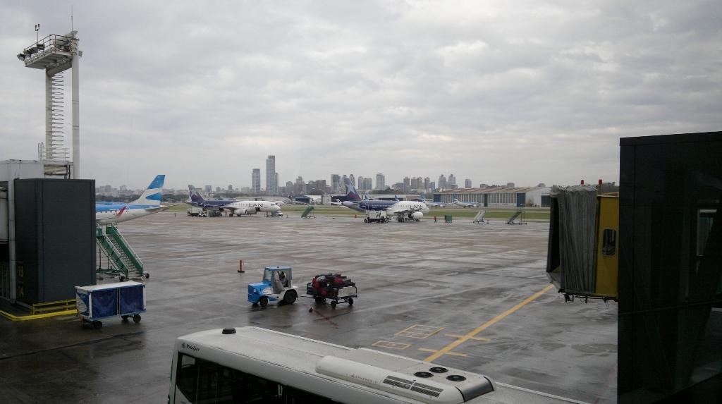 Летное поле аэропорта Буэнос-Айрес Хорхе Ньюьери