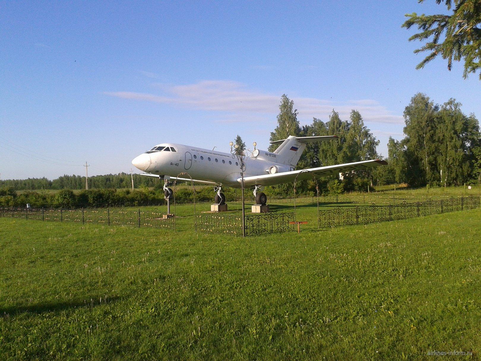 Памятник Як-40 в аэропорту Бугульма