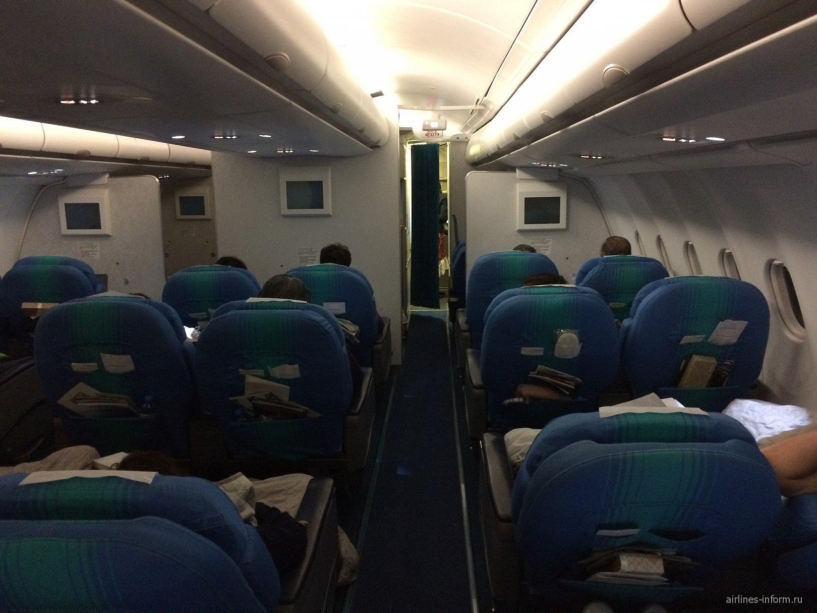 Салон бизнес-класса в самолете Airbus A340-300 авиакомпании Air Tahiti Nui