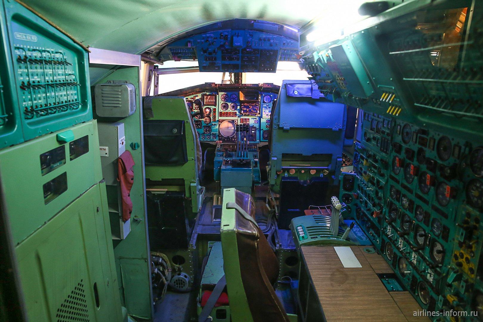 Пилотская кабина самолета Ту-144 в музее техники в Зинсхайме
