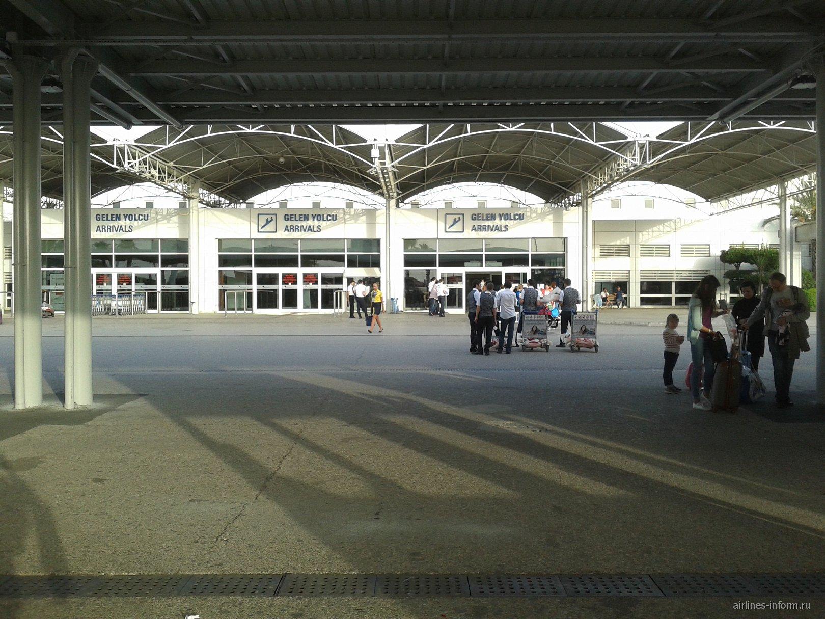 Выход из зала прилета в аэропорту Анталья