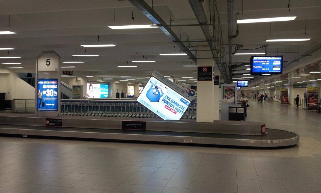 Зал выдачи багажа в терминале 1 аэропорта Мехико Бенито Хуарес