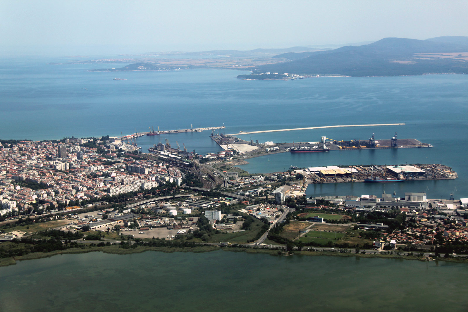 Морской порт города Бургас в Болгарии