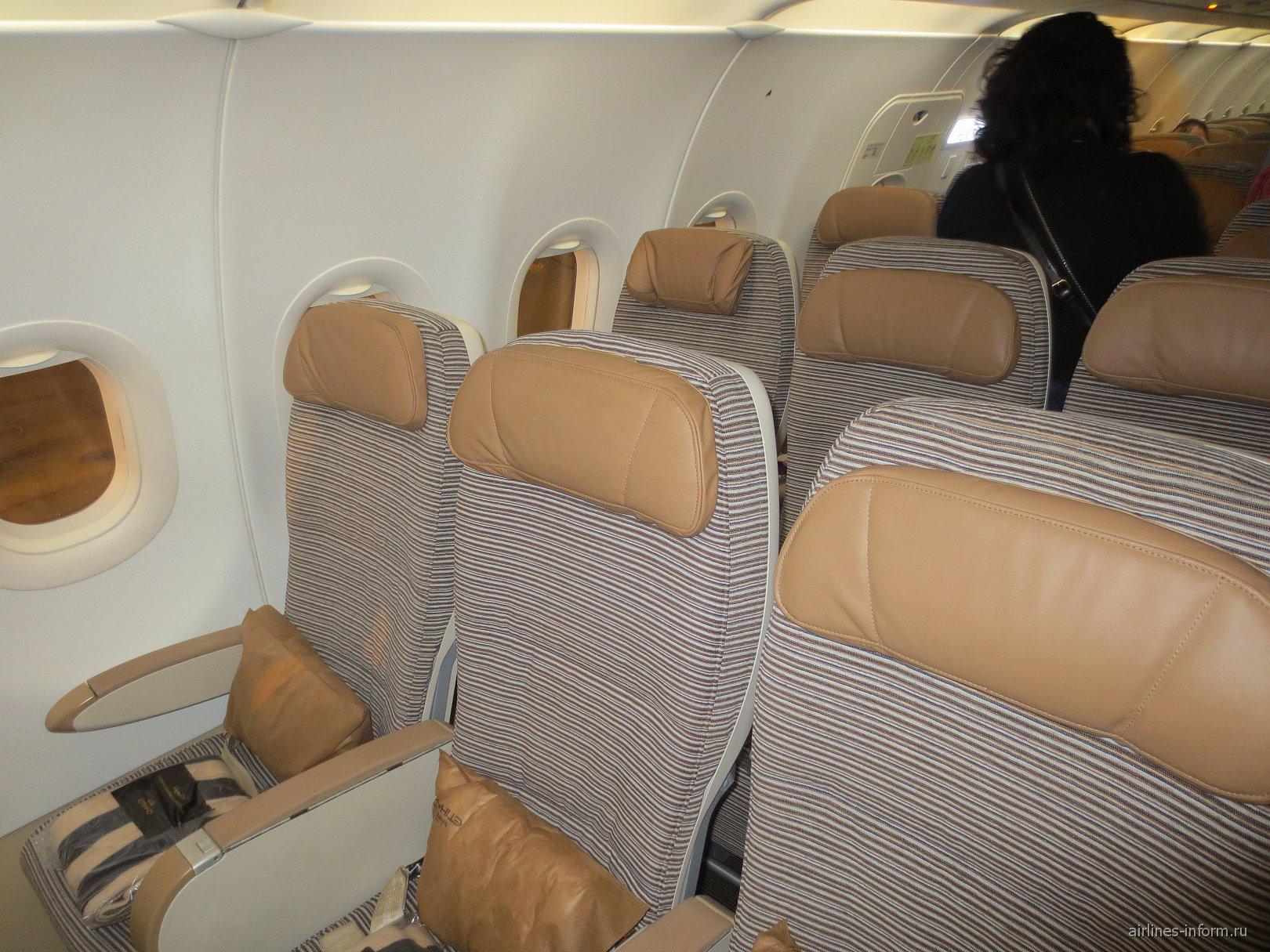 Пассажирские кресла в самолете Airbus A320 авиакомпании Etihad Airways