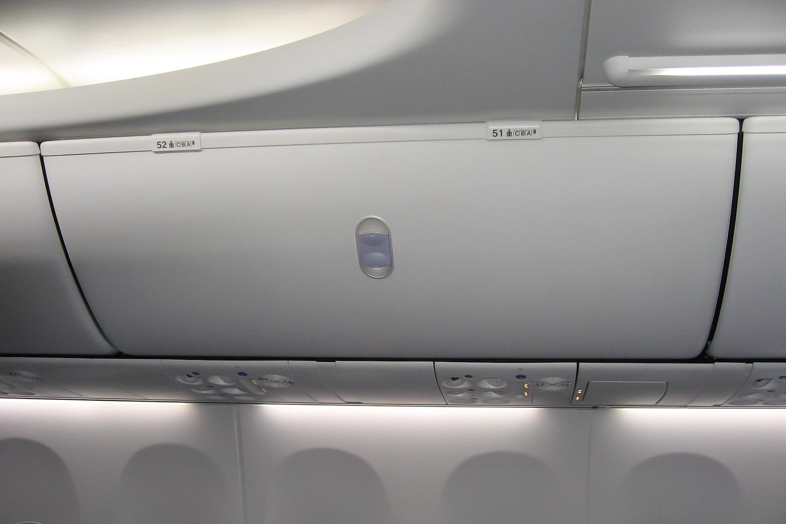 Багажные полки в интерьере Sky Interior в самолете Боинг-737-900