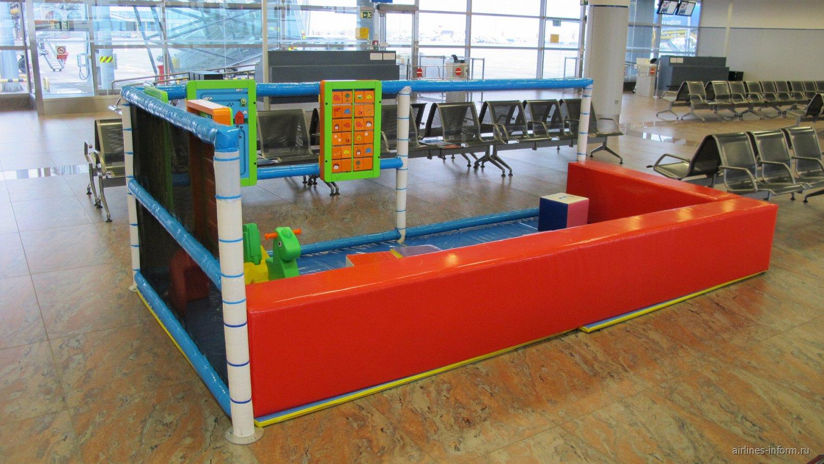 Детский уголок рядом с выходами на посадку в аэропорту Праги