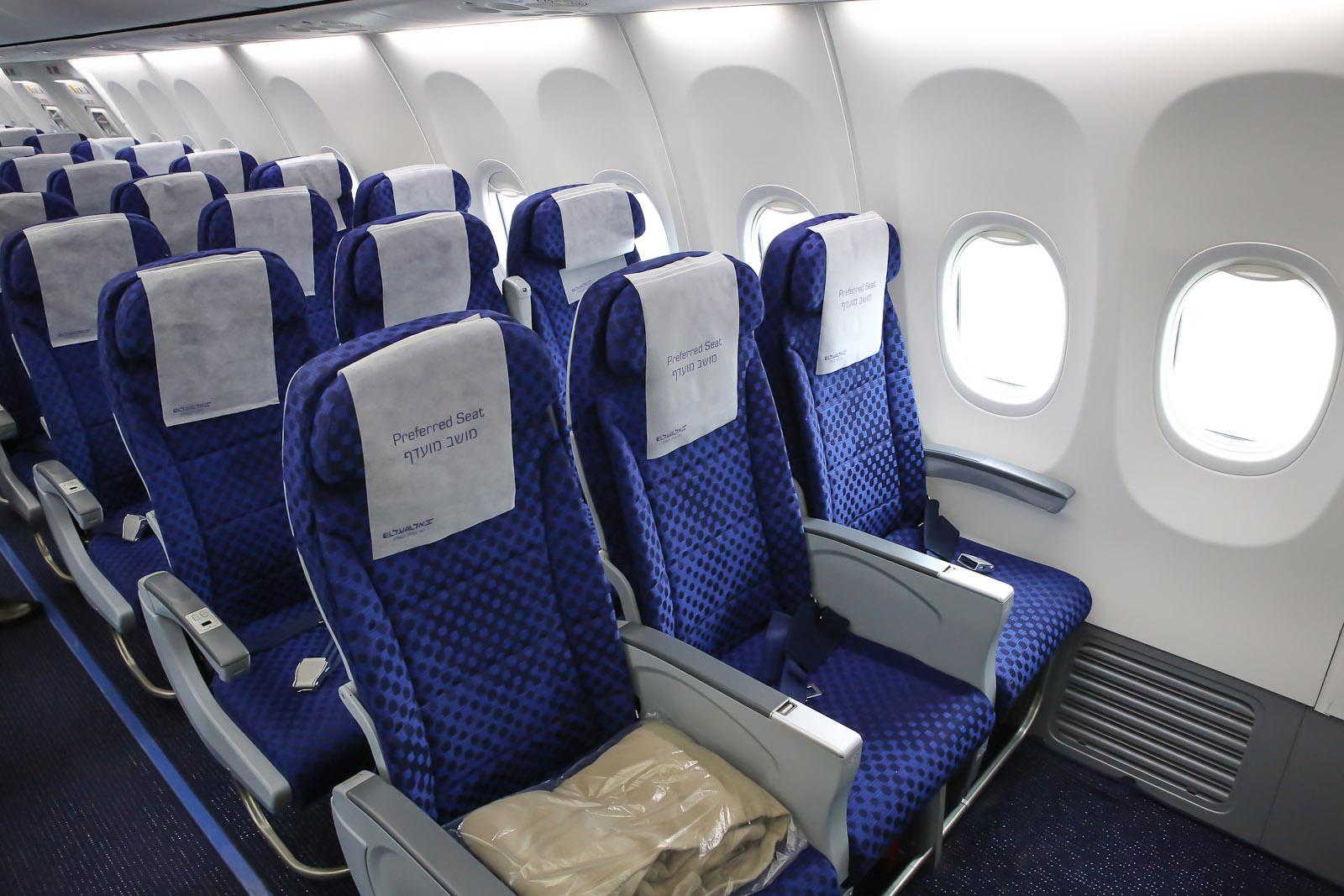Салон экономического класса в самолете Боинг-737-900 авиакомпании Эль Аль