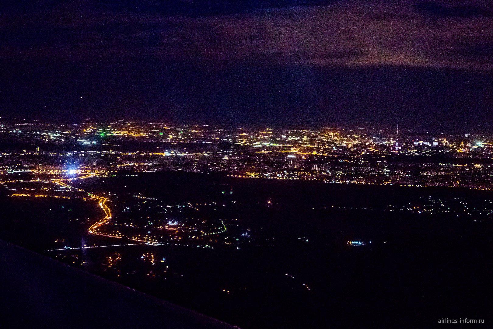 Ночная Москва. Справа - Останкинская башня.
