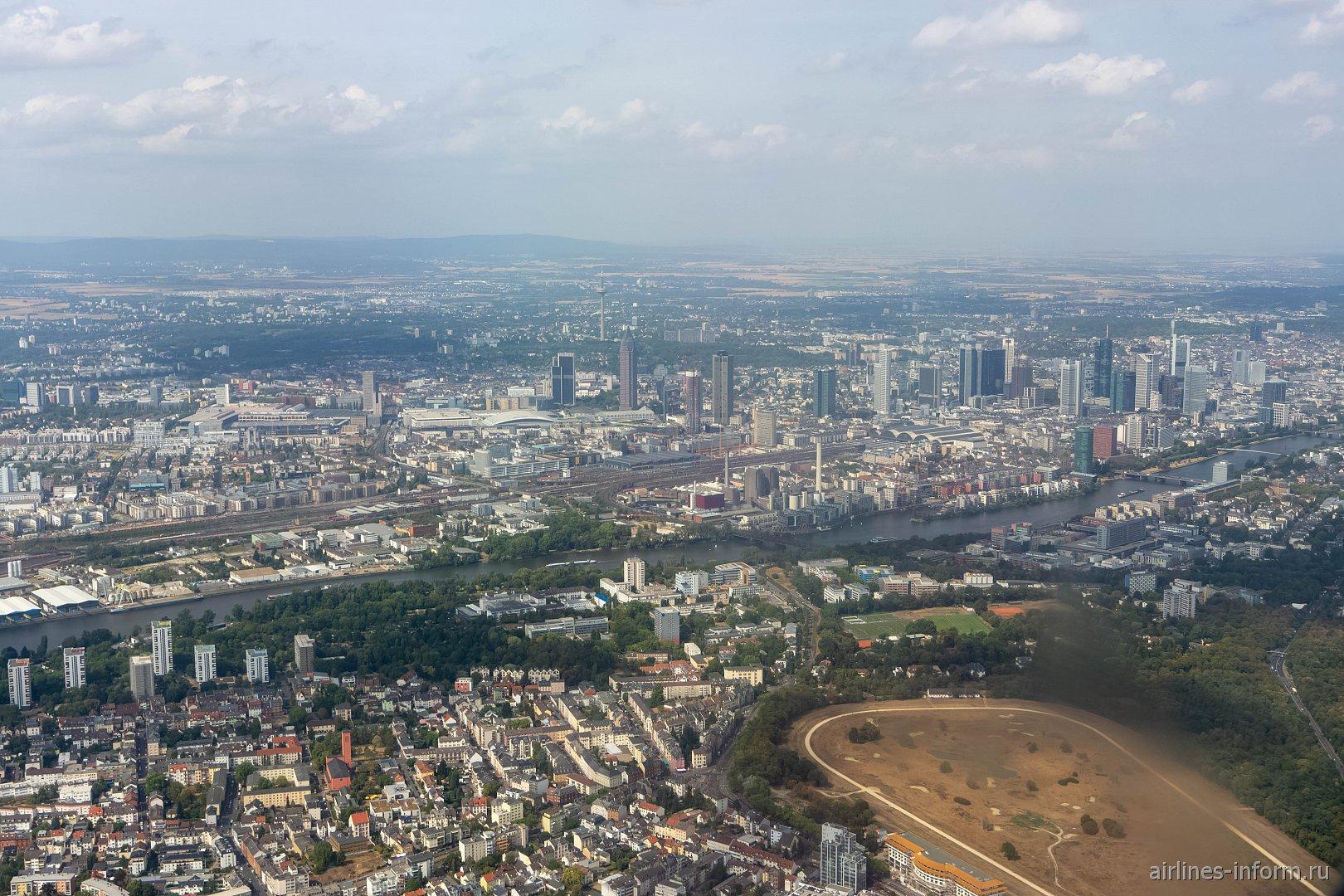 Вид из самолета на город Франкфурт-на-Майне перед посадкой в аэропорту