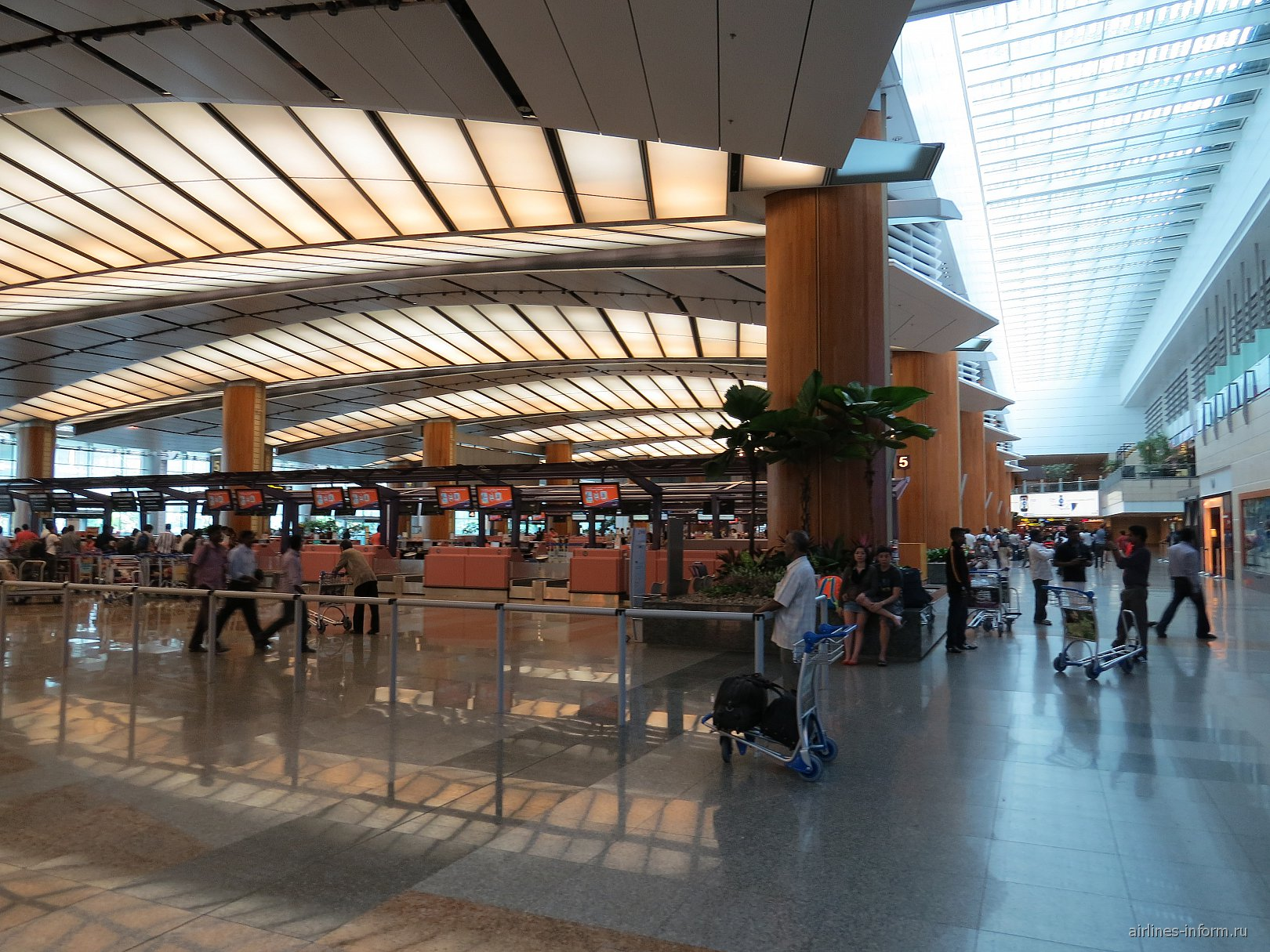 Зал регистрации на рейсы в терминале 2 аэропорта Сингапур Чанги