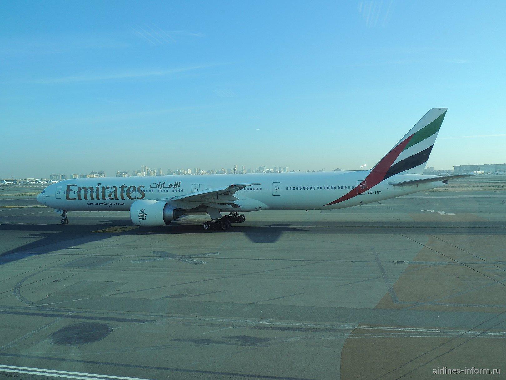 Боинг-777-300 авиакомпании Emirates в аэропорту Дубай