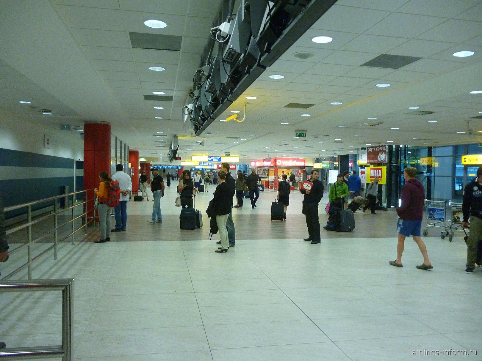 Зал прилета в аэропорту Праги