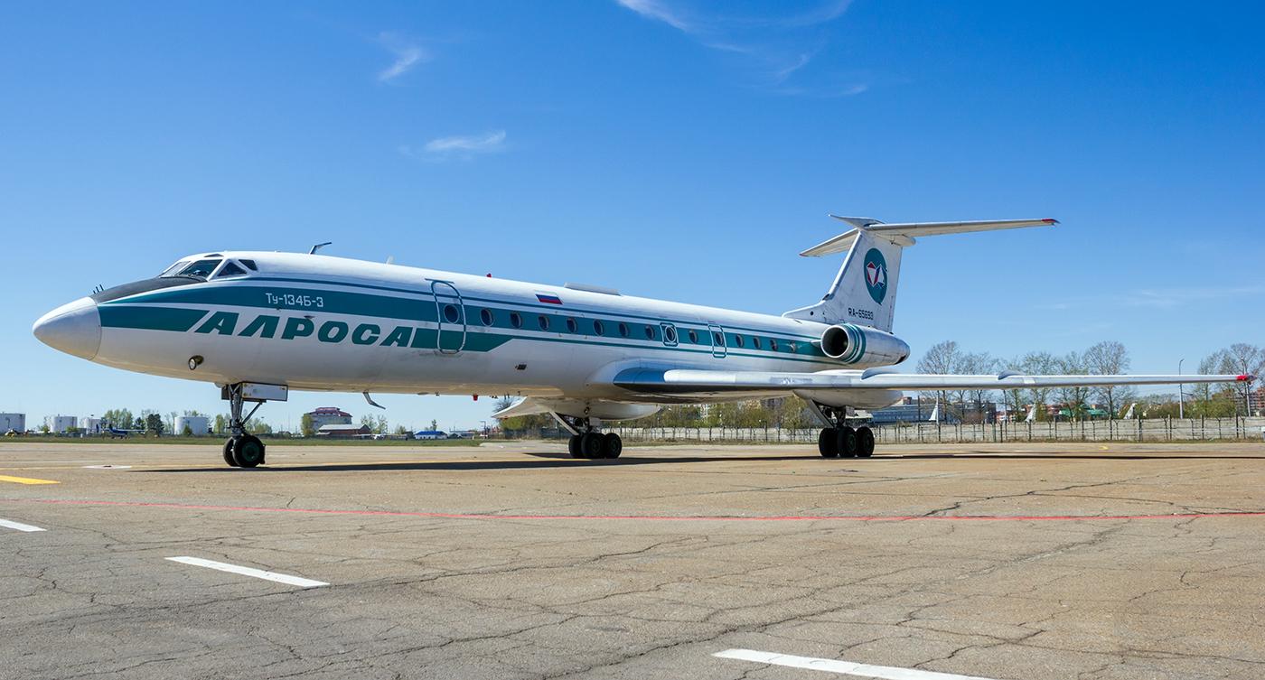 """Самолет Ту-134 авиакомпании """"Алроса"""" в аэропорту Иркутска"""