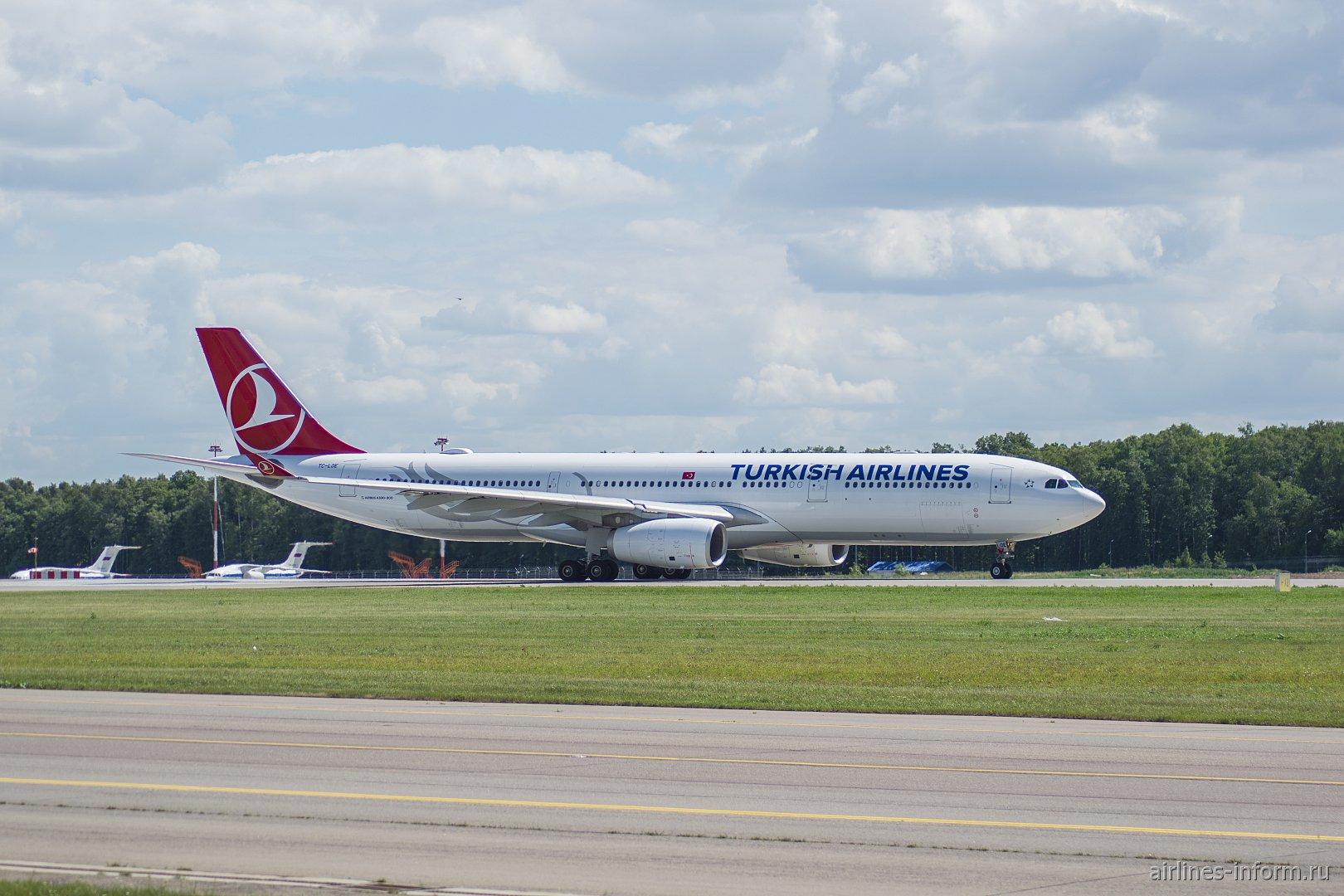 Airbus A330-300 Турецких авиалиний на рулежной дорожке в аэропорту Внуково