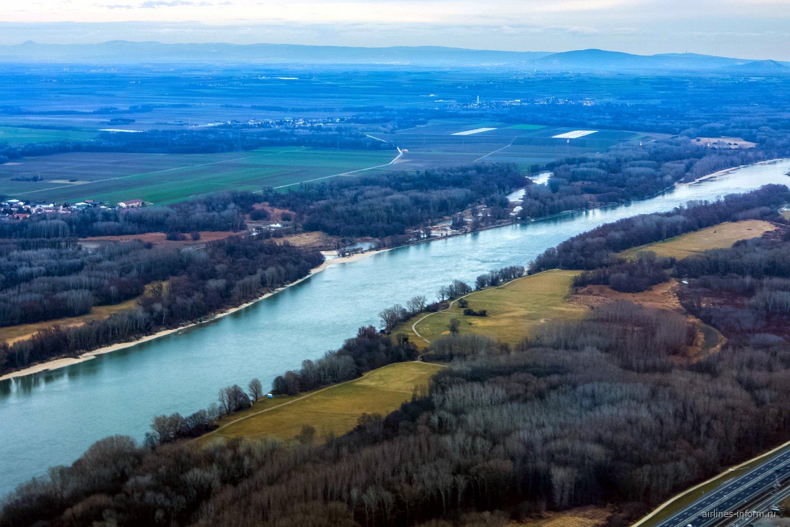 Река Дунай при взлете из аэропорта Вены
