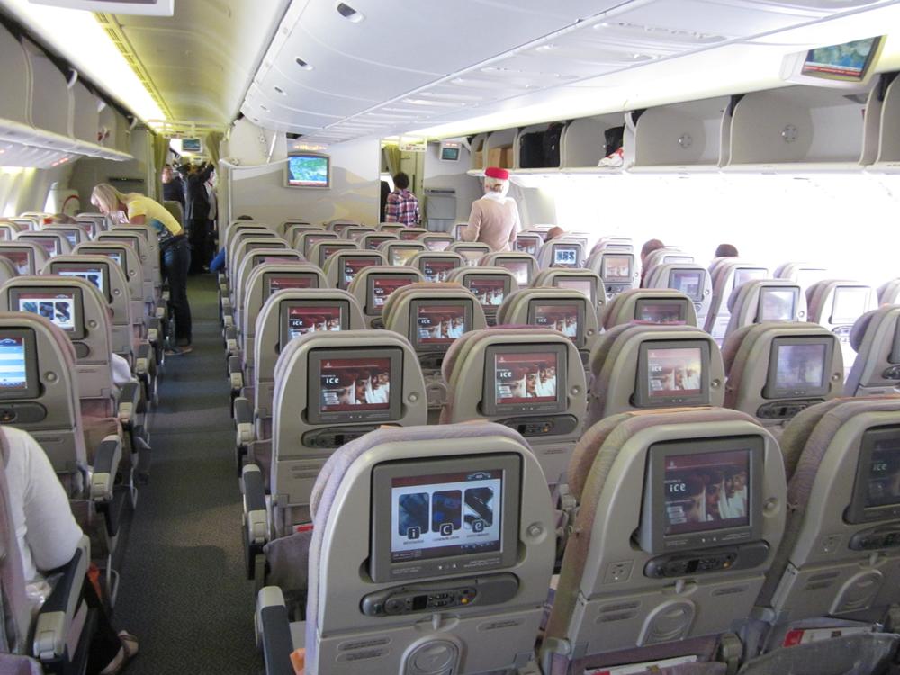 Салон экономического класса Боинг-777-300 авиакомпании Эмирейтс