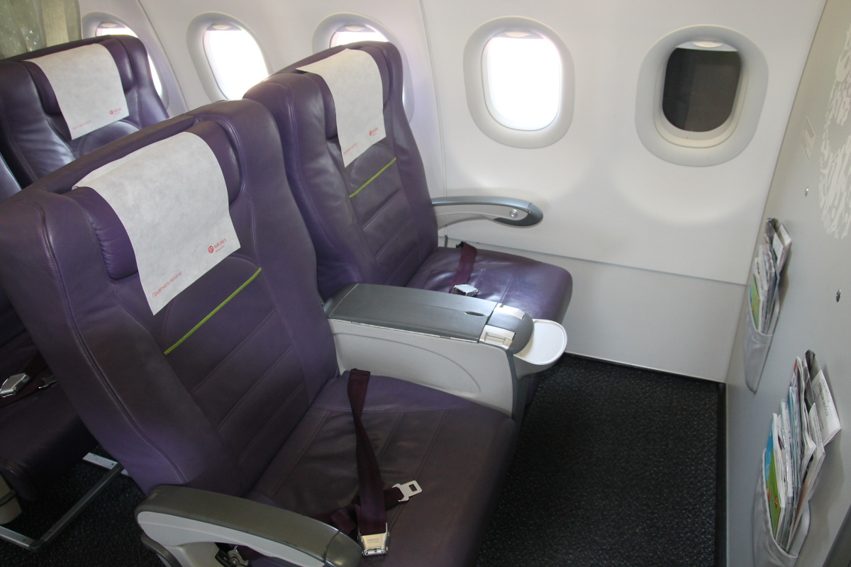 Салон бизнес-класса в самолете Airbus A320 авиакомпании S7 Airlines